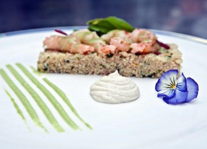 Το ορεκτικό από τον Chef Κώστα Αθανασίου. Γαρίδες μαριναρισμένες με γλυκιά σος τσίλι επάνω σε στρώμα από κινόα  με μαρμελάδα λεμονιού, τρυφερά φύλλα σαλάτας και οξύμελι